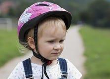 Criança que aprende montar em sua primeira bicicleta Foto de Stock