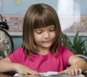 Criança que aprende na sala de aula Fotos de Stock Royalty Free