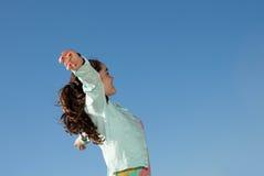 Criança que aumenta os braços para o conceito do feriado da liberdade Imagens de Stock Royalty Free