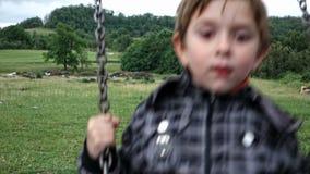 Criança que balança em um balanço 01 video estoque