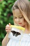 Criança que captura borboletas foto de stock