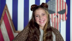 Criança que cola para fora a língua, retrato sobre o fundo cinzento Retrato de sorriso da forma da menina Modelo da criança Retra video estoque