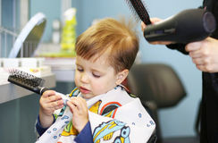 Criança que começ um corte de cabelo imagens de stock royalty free