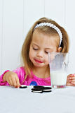 Criança que come bolinhos Fotos de Stock Royalty Free