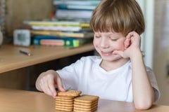 Criança que come bolinhos foto de stock