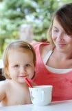 Criança que come com colher Foto de Stock