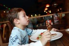 Criança que come a costoleta fotos de stock royalty free