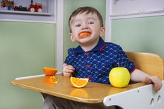 Criança que come a fruta Fotografia de Stock