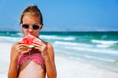 Criança que come a melancia na praia imagem de stock royalty free
