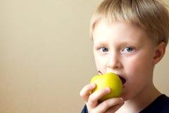 Criança que come o alimento saudável imagem de stock
