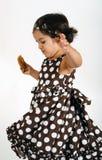 Criança que come o bolinho de microplaqueta de chocolate Fotografia de Stock Royalty Free