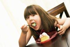 Criança que come o bolo de aniversário foto de stock royalty free