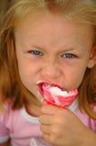 Criança que come o gelado fotografia de stock