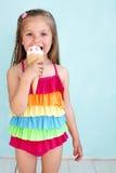 Criança que come o gelado Imagem de Stock Royalty Free