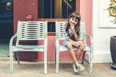 Criança que come o gelado na rua da cidade Fotos de Stock