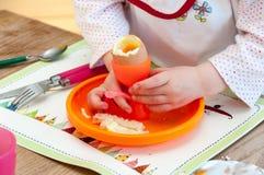Criança que come o ovo cozido macio Imagem de Stock Royalty Free