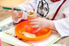 Criança que come o ovo cozido macio Imagens de Stock