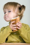 Criança que come o pão Fotos de Stock Royalty Free