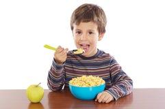 Criança que come o pequeno almoço Imagem de Stock Royalty Free