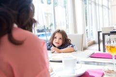 Criança que come o pequeno almoço Imagens de Stock Royalty Free