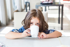 Criança que come o pequeno almoço Foto de Stock