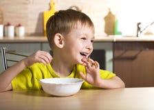 Criança que come o pequeno almoço fotografia de stock royalty free