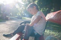 Criança que come a pipoca Fotografia de Stock Royalty Free
