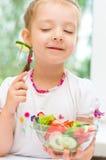 Criança que come a salada vegetal Fotografia de Stock Royalty Free