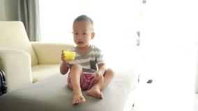 Criança que come sopros do cereal filme