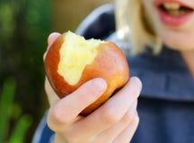 Criança que come um Apple Foto de Stock