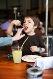 Comer engraçado Foto de Stock