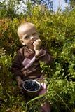 Criança que come uvas-do-monte Fotos de Stock Royalty Free