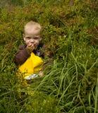 Criança que come uvas-do-monte Fotografia de Stock Royalty Free