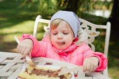 Criança que come waffles com chocolate Imagens de Stock