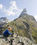 Criança que constrói um monte de pedras Imagens de Stock