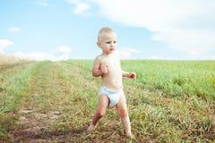 Criança que corre em um campo fotografia de stock royalty free