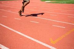 Criança que corre na trilha no estádio Foto de Stock