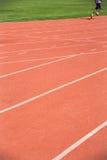 Criança que corre na trilha no estádio Imagem de Stock