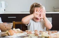 Criança que cozinha bolinhas de massa da carne Fotografia de Stock