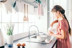 Criança que cozinha na cozinha imagens de stock