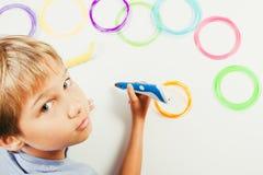 Criança que cria com as penas da impressão 3d Imagens de Stock