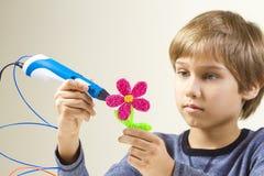 Criança que cria com a pena 3D Fotos de Stock Royalty Free