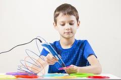 Criança que cria com a pena da impressão 3D Imagens de Stock Royalty Free