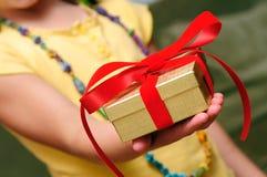 Criança que dá o presente Imagem de Stock Royalty Free