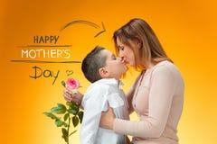 Criança que dá a rosa do vermelho a sua mamã Foto de Stock