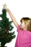 Criança que decora a árvore de Natal. Imagens de Stock Royalty Free