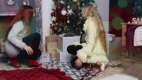Criança que decora a árvore de Natal, menina que decora a árvore de Natal filme