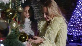 Criança que decora a árvore de Natal, menina que decora a árvore de Natal vídeos de arquivo