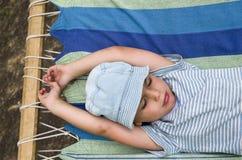 Criança que descansa na rede Imagens de Stock