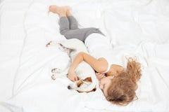Criança que dorme com cão Fotos de Stock Royalty Free